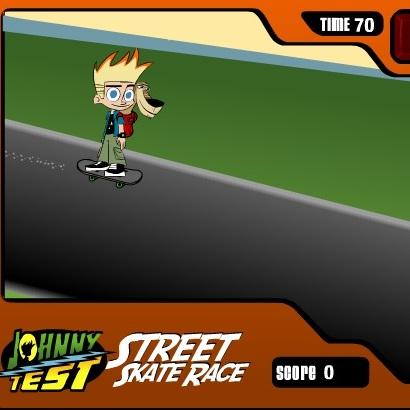 Джони Тест езда на скейте на улице